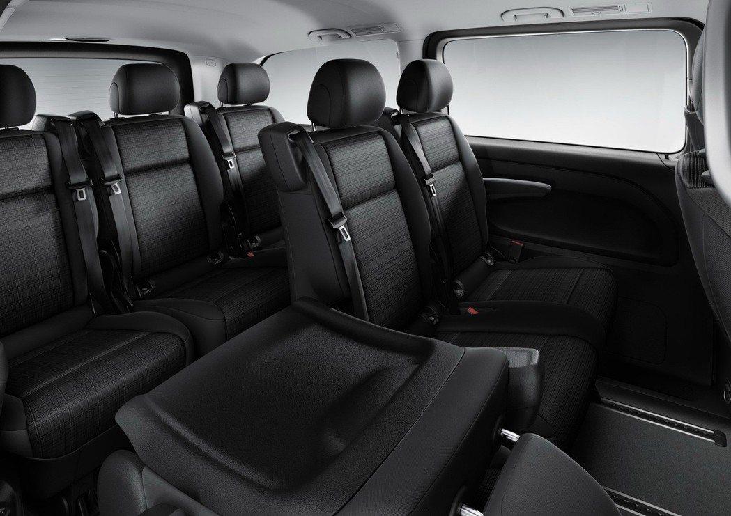 全新Vito Tourer 120車款,車身尺寸承襲既有Vito Tourer車型,5370mm的車身長度依然提供寬敞舒適的3+3+3九人乘坐空間。 圖/台灣賓士提供