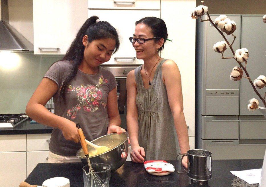 主婦聯盟環境保護基金會董事王南琦(右),認為自己煮才能更親近食材來源,常跟女兒(...