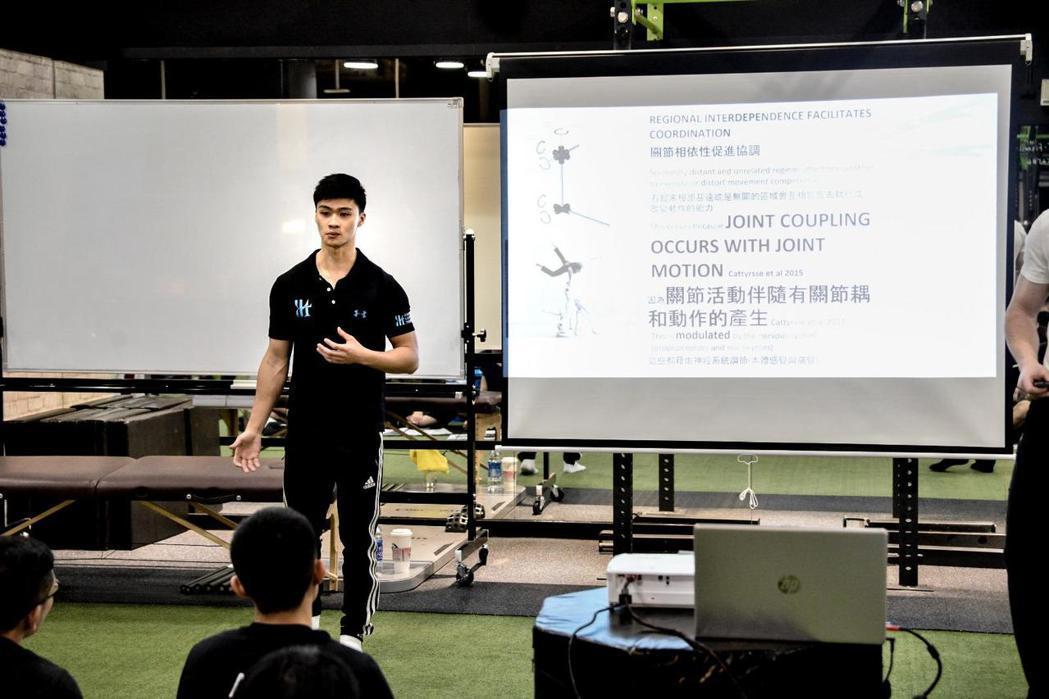 賈斯汀(Justin)教練為其他健身教練授課的專注神情,幫助已在職的教練考取專業...