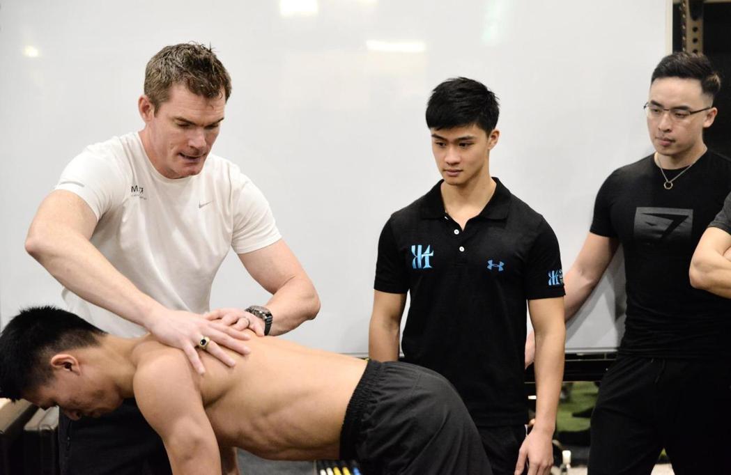 賈斯汀(Justin)教練(中)擔任專業訓練翻譯講師。