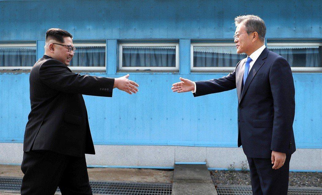 金正恩、文在寅,微笑握手的歷史瞬間。 圖/兩韓峰會共同採訪團
