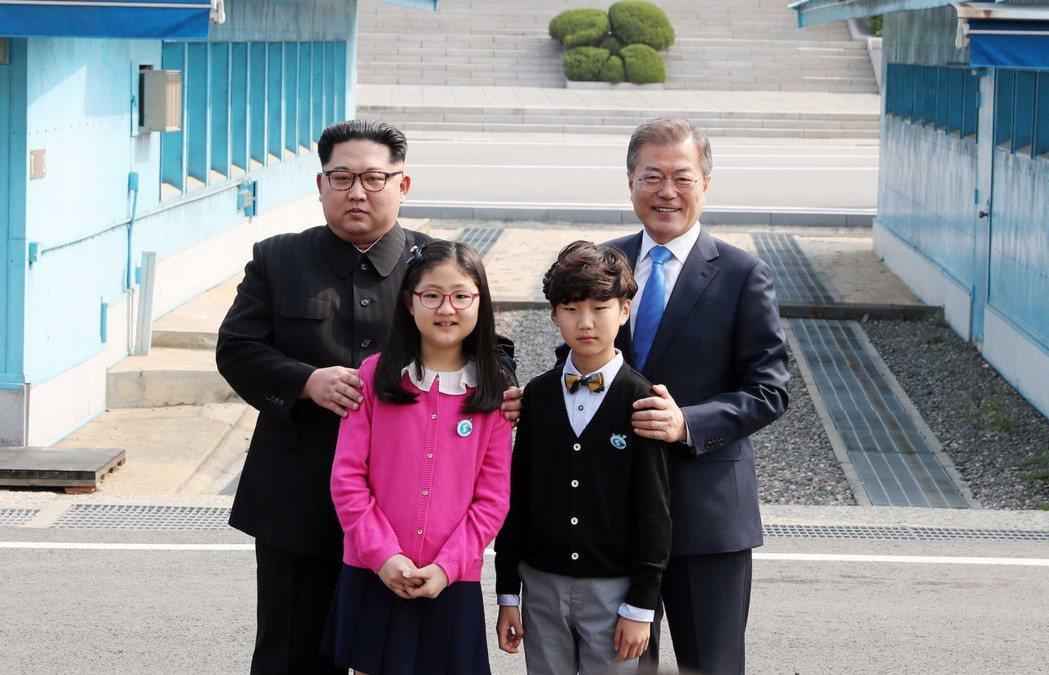 兩位台城洞的小朋友,與兩韓元首合影留念。台城洞是緊張前線地帶中,唯一有人居的地方...