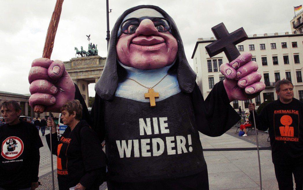 「不再重演!」2010年,德國天主教教會被暴露多年廣泛隱藏其神職人員的兒童性侵事...