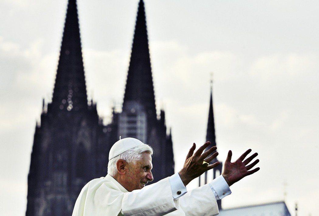 「宗教稅並非基於精神信仰,反而是一種『非神聖的官僚制度』。」連出身德國的榮休教宗...