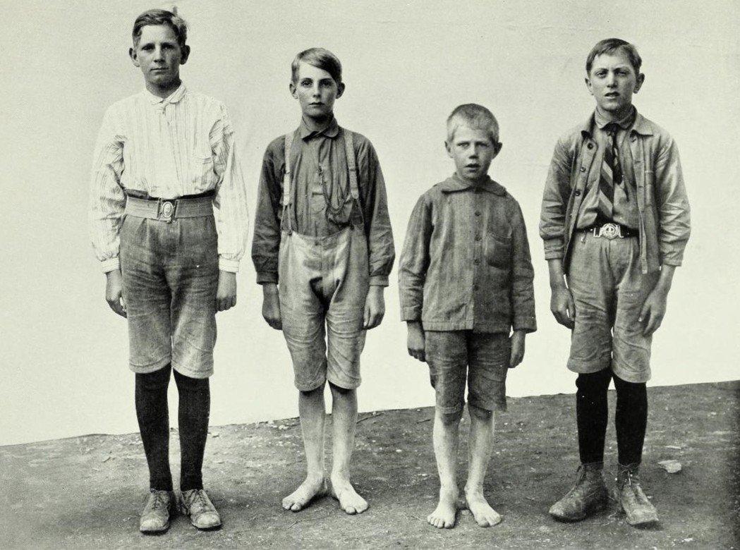 瑞典北歐人種。翻到《瑞典人種特徵》的附錄,圖例中所呈現的北歐人種照片,先是各式各...