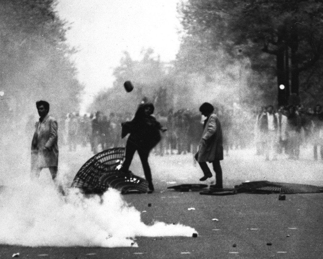 六八學運又稱為五月風暴,最初是希望推動大學改革的學生運動,而後演變成要求總統戴高...
