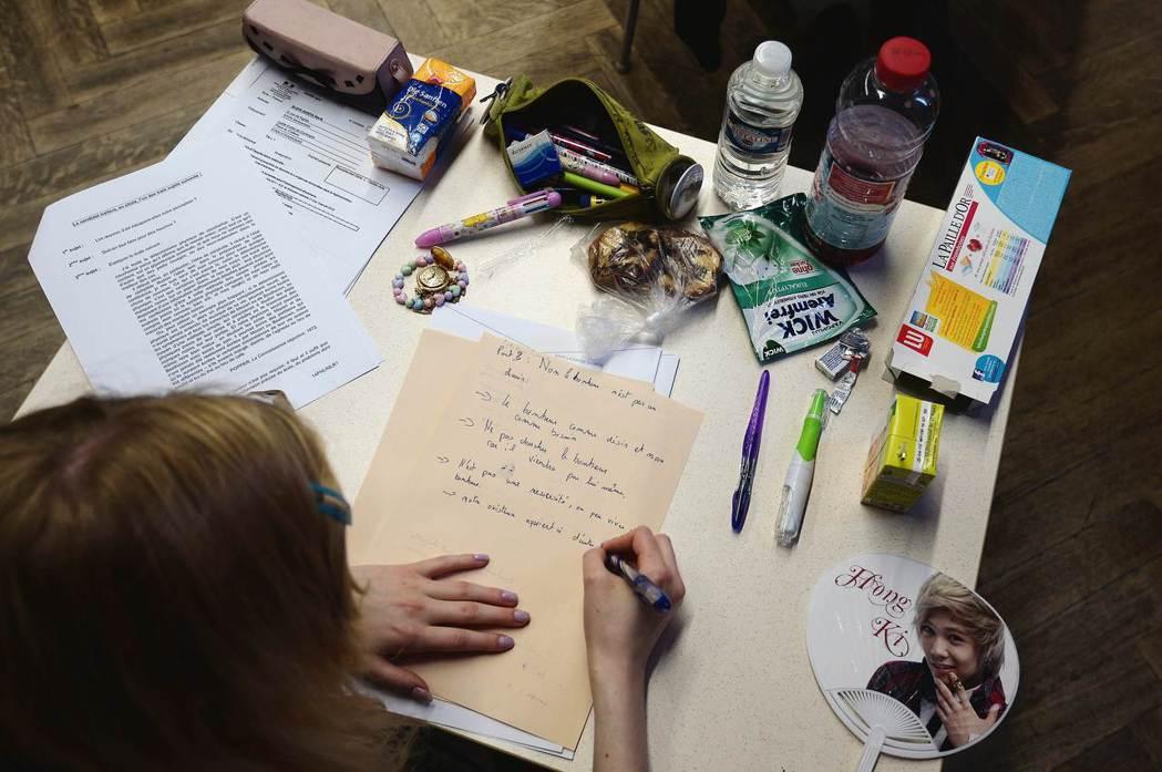 即使考完高中會考進入大學,法國大學一年級後無法繼續升級的機率非常高,是教育部的「...
