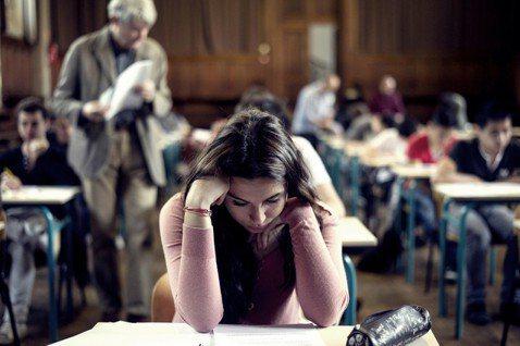 法國高中生會在6月底參加「高中會考」(le baccalauréat),當中的哲...