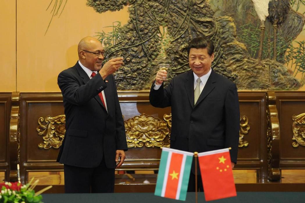 「政客們其實是想與中國人聯手,一起佔領這個國家!」圖為2013年蘇利南總統德西....