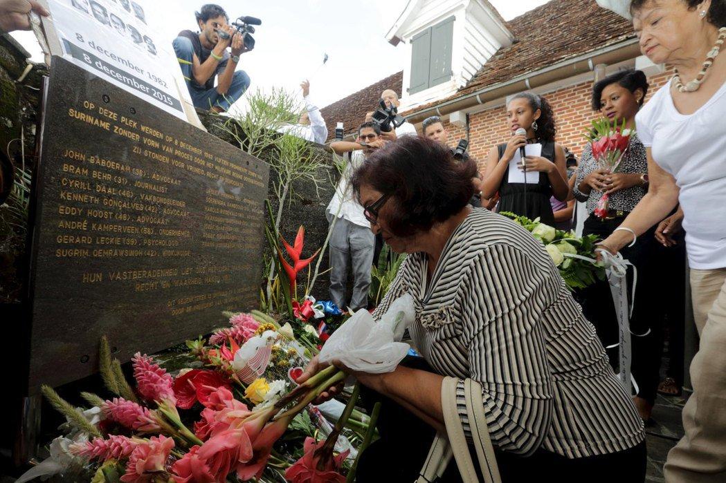 1982年,蘇利南發生「十二月大屠殺」,15名反對份子被殺,當時鮑特瑟擔任國家軍...