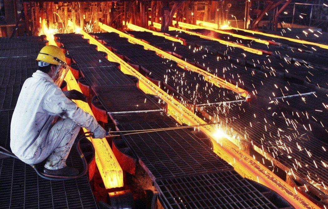 2000年以降,由於技術進步,每人平均粗鋼產量增加超過20%,但鋼鐵業的就業人數...
