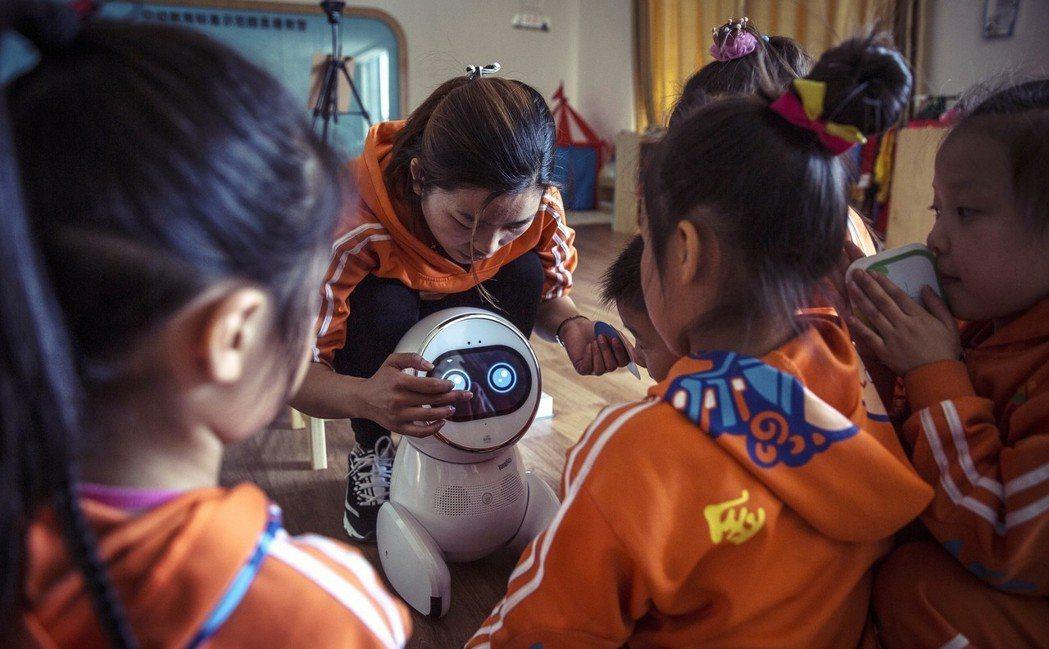 去年全球新增的機器人,有1/3是在中國,就連第2名的韓國加第3名的日本仍不及;估...
