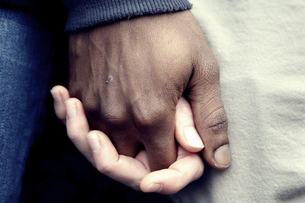 今天就算非洲男性和芬蘭女性多子多孫,提高生育率,這樣也不被歡迎。問題就是出在另一...