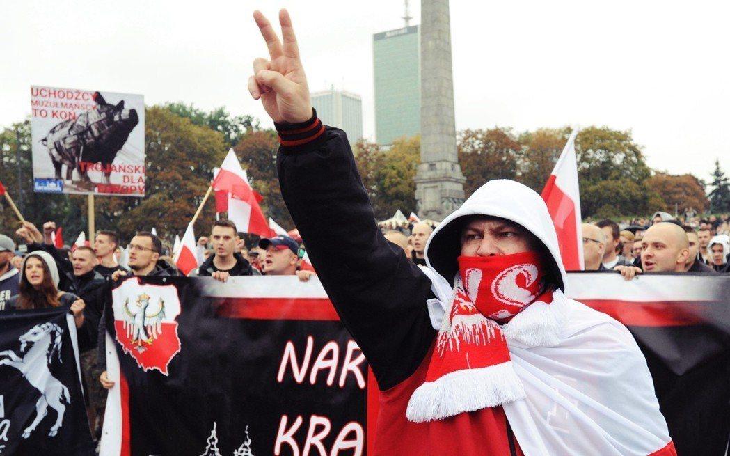 英國各地的波蘭社區母語課程也爆發醜聞,遭揭與支持「白人歐洲」的波蘭極右派軍事化組...