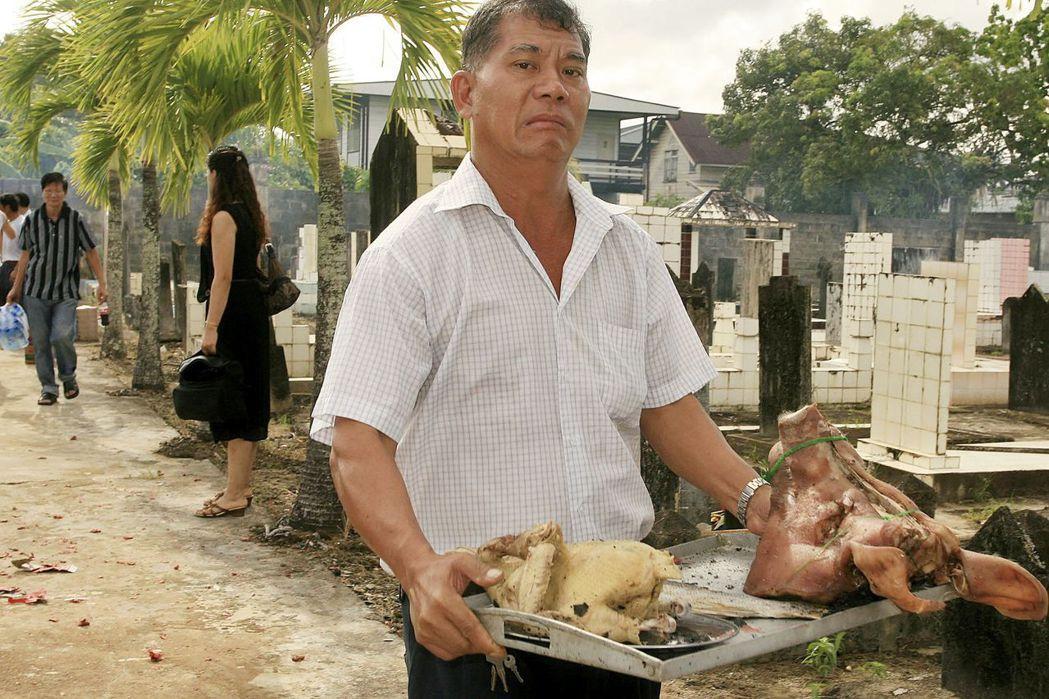 客家裔華人在當地一直都不是很受歡迎的族群,因為對當地人來說,華人都把利益「整碗端...