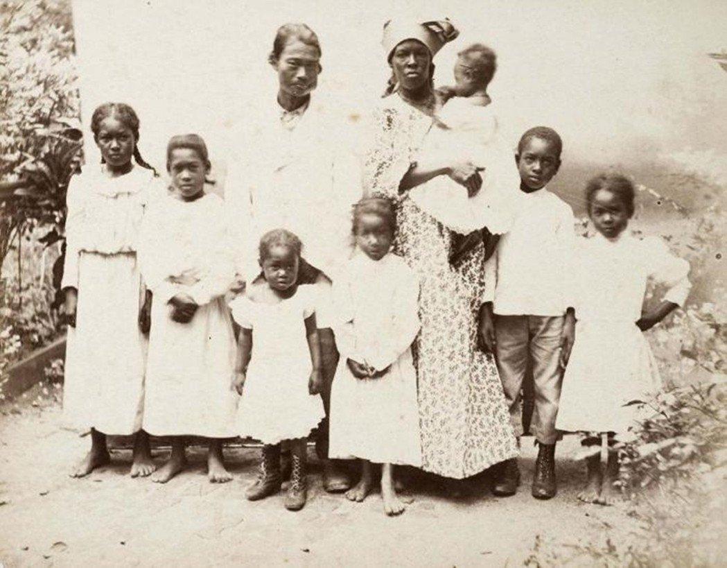 第一批華人契約工移民裡女性稀少,大部分的男性常與其它外籍移民或當地黑奴後裔共組家...