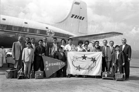 1961年,蘇利南華僑回國觀光團抵台,於機場大合照。 圖/聯合報系