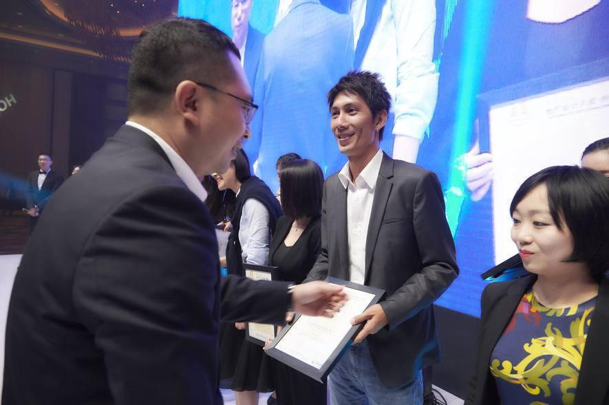 (圖)璟滕設計王哲旻Alvin設計師代表上台領獎