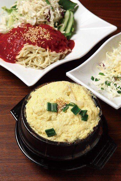 韓式蒸蛋80元(前)/韓式料理少不了的單點小食,幾乎要滿出來的蒸蛋一上桌,絕對開...