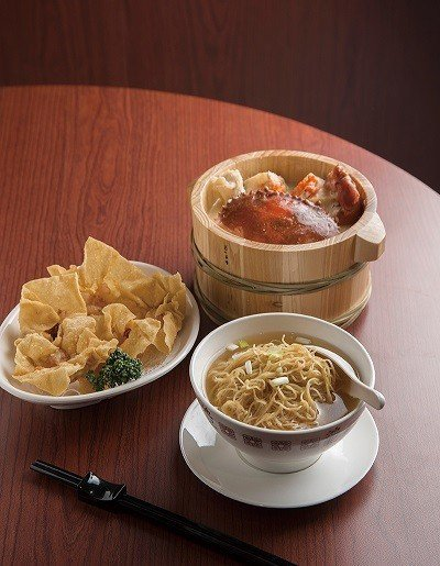 雲吞麵142元(前)/嚴選蝦隻重量所製成的鮮蝦雲吞是招牌必點,上桌呈現時,將麵條...