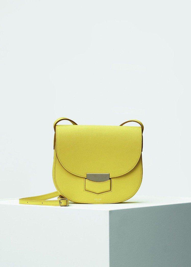 Trotteur鮮黃色小牛皮肩背包,售價58,000元。圖/CÉLINE提供