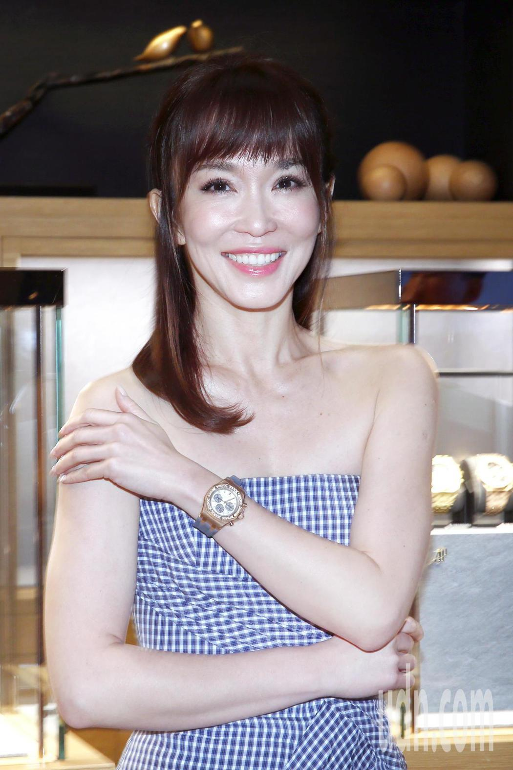 范文芳下午演繹2018愛彼經典女性腕錶新品發表,她表示明年結婚十周年了,希望收到...