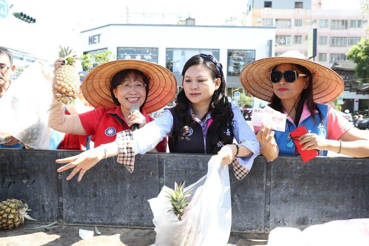 台南市長參選人黃秀霜(左)今與國民黨議員幫台南果農賣鳳梨。記者鄭維真/攝影