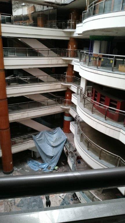 尖美百貨現在內部斷水斷電。記者林伯驊/翻攝