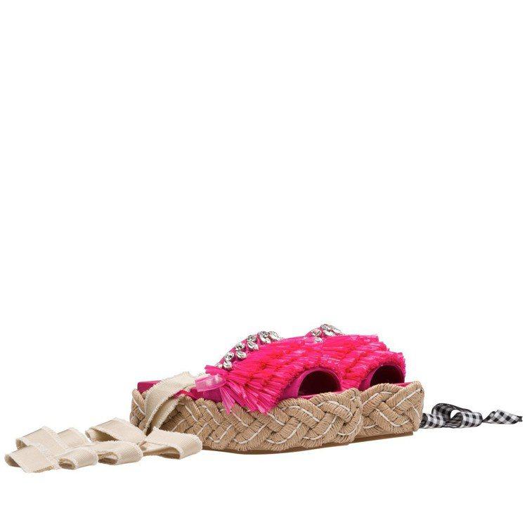 桃紅色草編裝飾涼鞋,35,000元。圖/MIU MIU提供