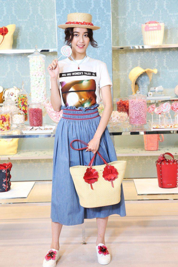 陳庭妮穿MIU MIU女人心事T恤15,000元、丹寧裙27,500元、水晶裝飾...