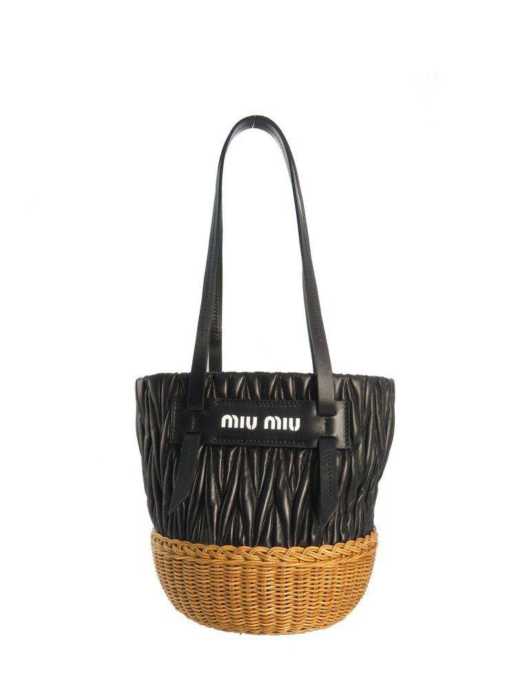 拼接小羊皮抓皺藤編水桶包(微風獨家),46,500元。圖/MIU MIU提供