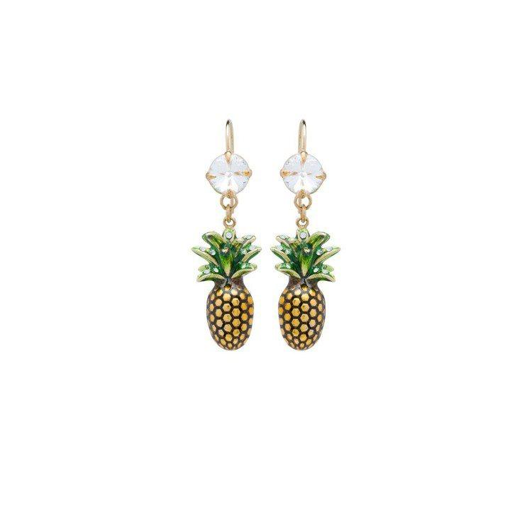 水晶裝飾鳳梨耳環,11,500元。圖/MIU MIU提供
