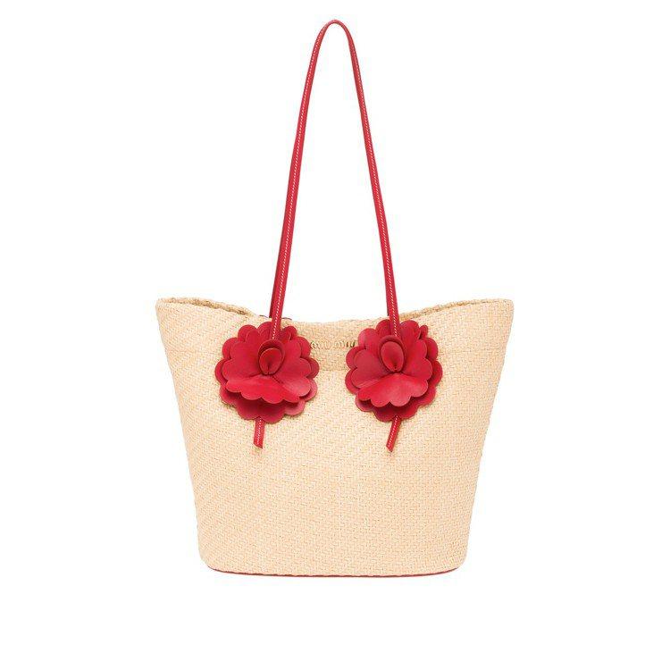 花朵裝飾草編包(微風獨家),33,000元。圖/MIU MIU提供