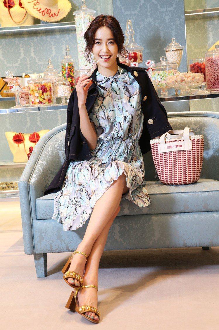 陳庭妮穿MIUMIU水藍色鳶尾花印花洋裝78,500元、深藍色短版外套39,50...