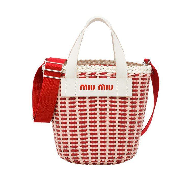 彩色編織野餐籃 (紅白),37,000元。圖/MIU MIU提供