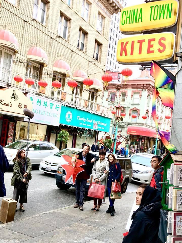 龍劭華、嚴藝文與陳怡蓉為「雙城故事」前往舊金山中國城拍攝。圖/摘自臉書