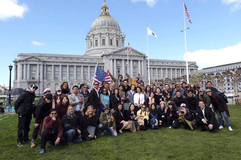 「雙城故事」劇組在舊金山市政廳前大合照。圖/摘自臉書