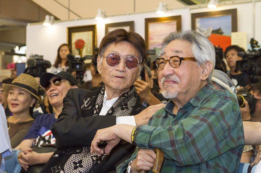 傅達仁(左)生前畫展記者會上,孫越特地來站台,兩人閒聊幾十年交情。圖/傅達仁提供
