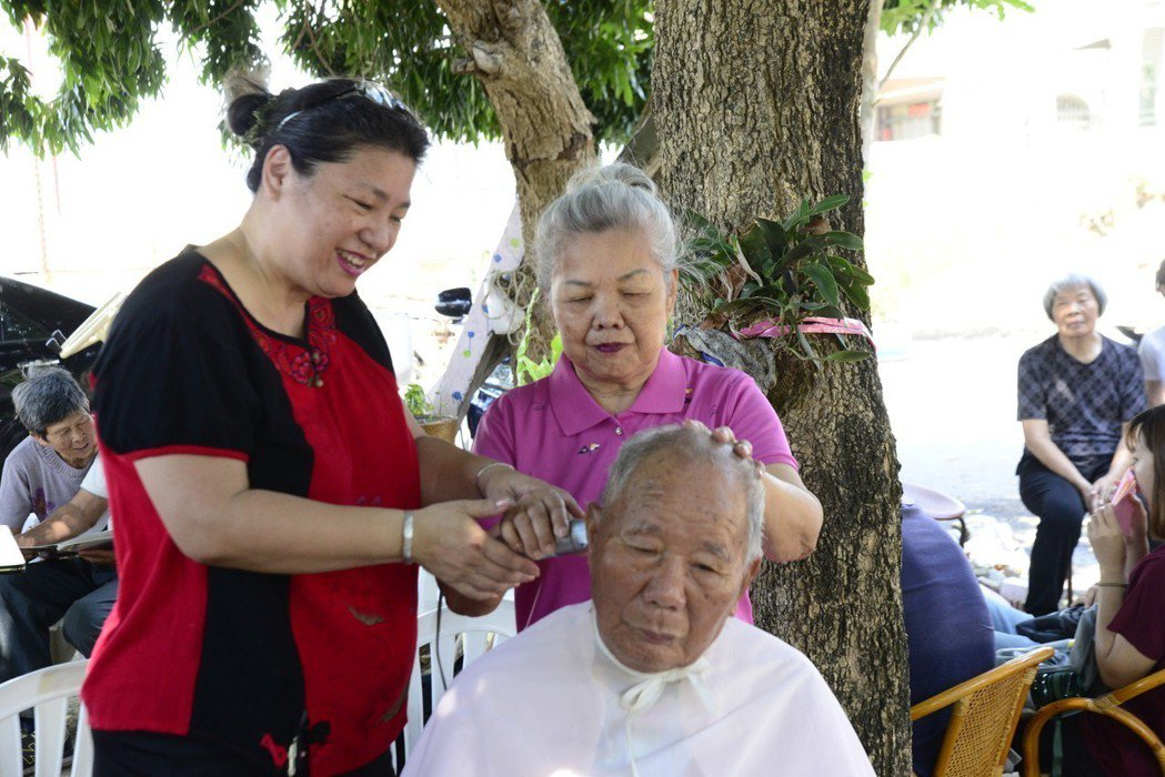 月桃阿嬤曾從事剪髮工作長達四十多年,因罹患失智症反應變遲鈍,今天在溪口游西失智據...
