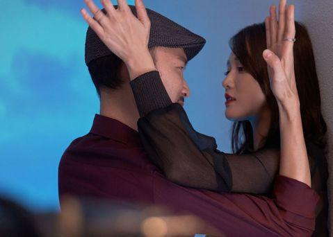 陳喬恩曾經是台灣偶像劇女王,最常扮演親切可愛的鄰家女孩,鮮少呈現性感、放浪的面貌。她在新片「市長夫人的秘密」扮演心機深沉又性愛成癮的市長夫人,終於有機會挑戰情慾戲的演出,而她毫不忸怩,碰到男主角張少...