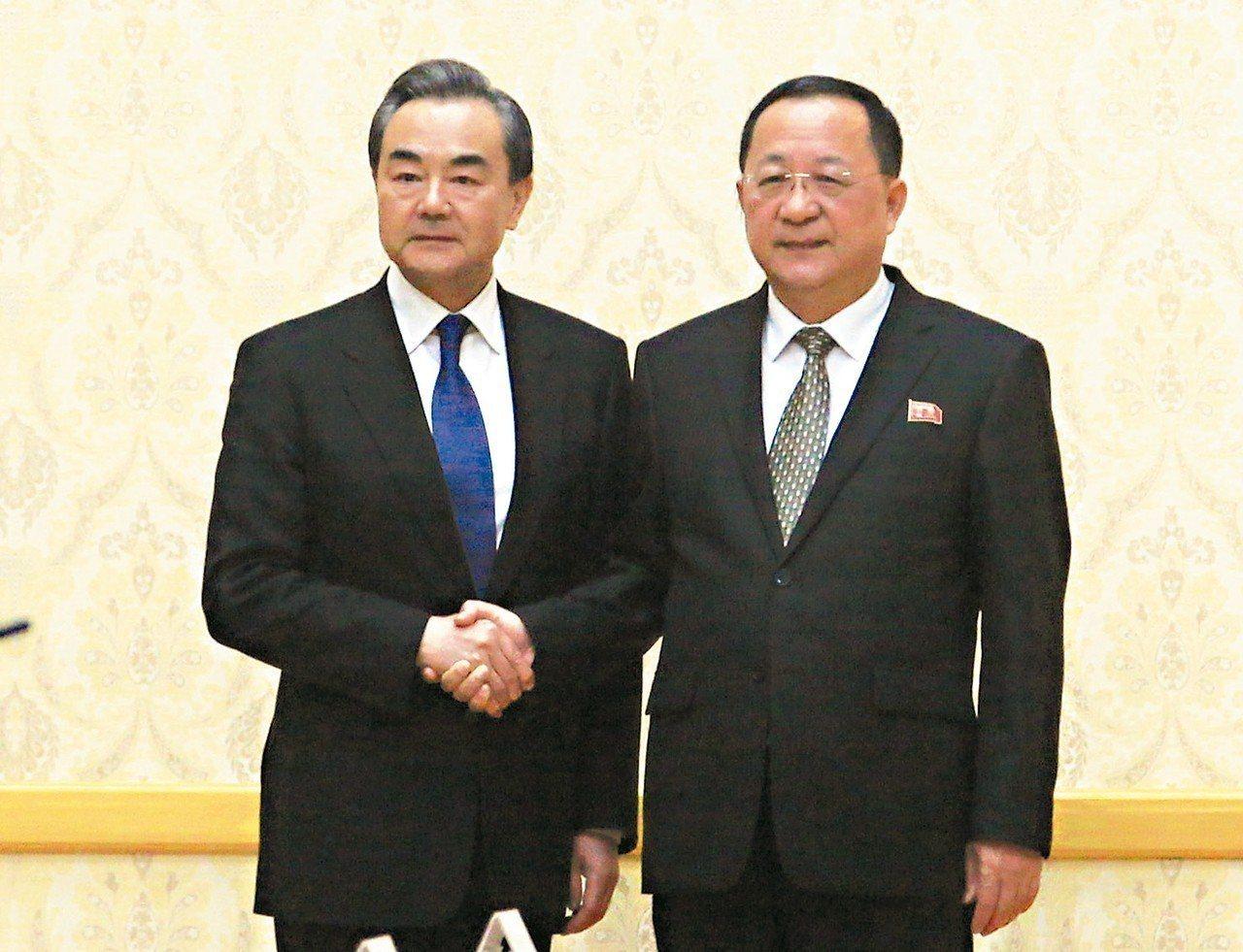 大陸外長王毅(左)曾在平壤與北韓外長李容浩(右)會面。 (美聯社)