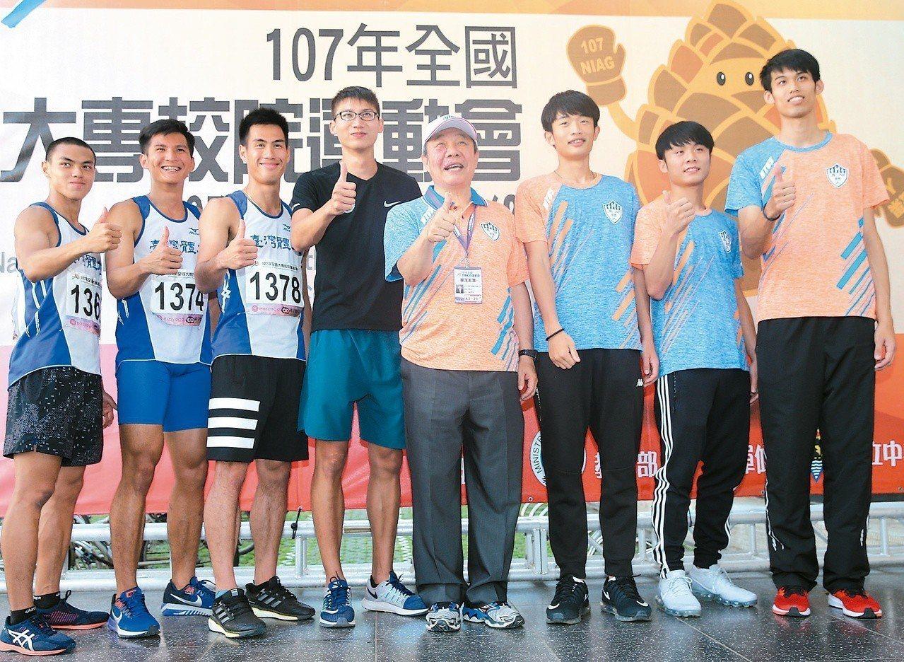 全大運獎牌數獲獎最多的台灣體大,昨天由校長林華韋(右四)帶著獲獎選手一同舉行記者...