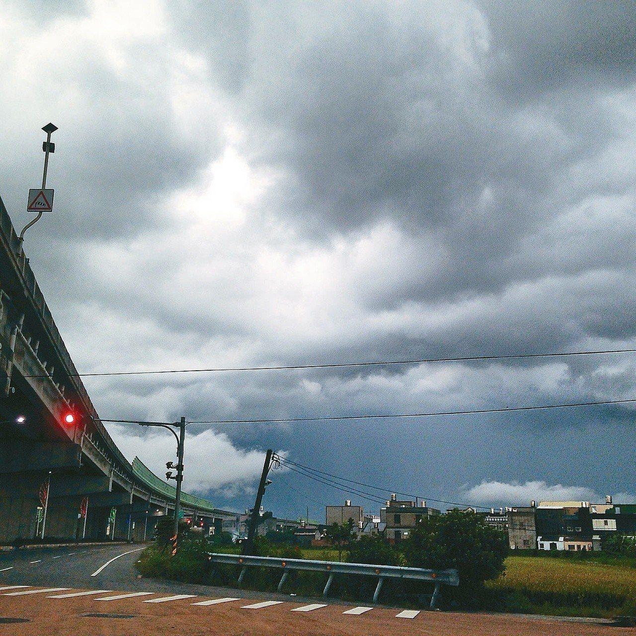 下雨之前的一個紅燈,最後一束天光即將消失。