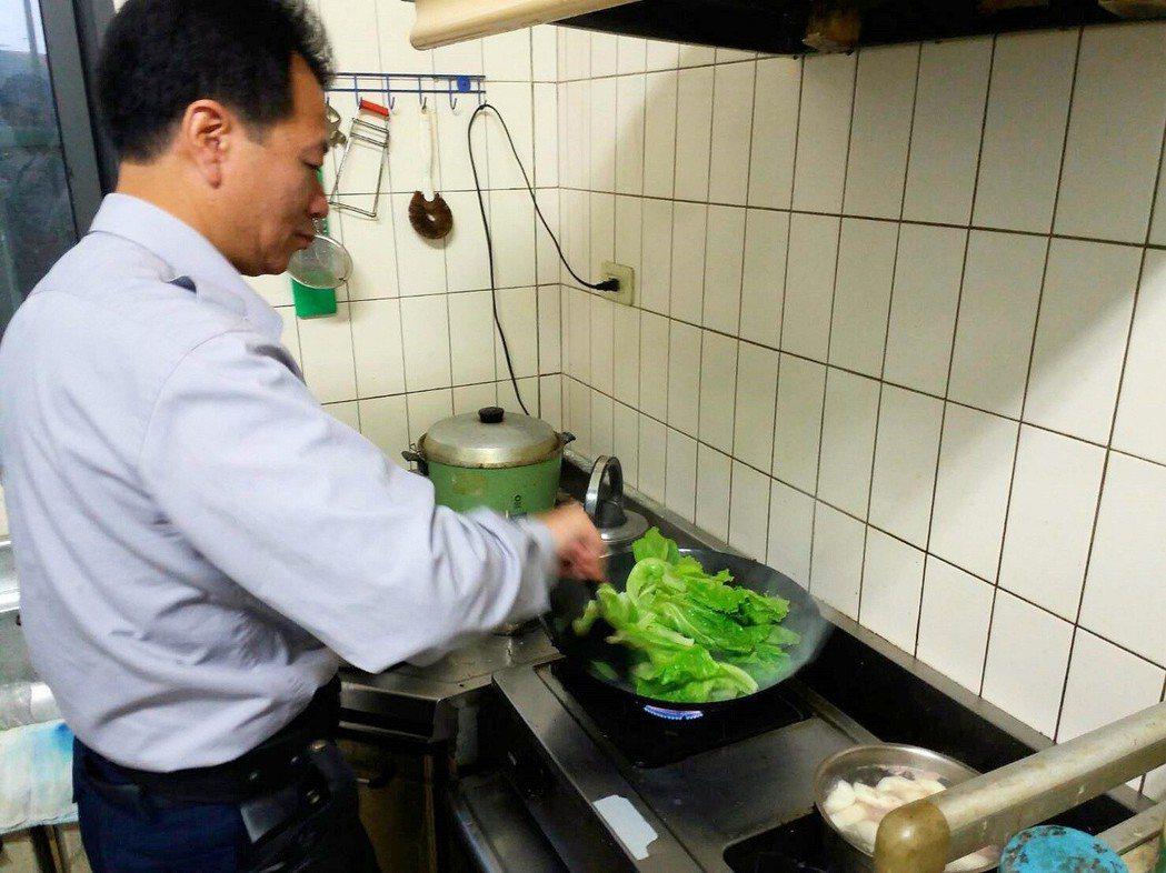 學甲警分局宅港派出所警員自己下廚。記者謝進盛/攝影