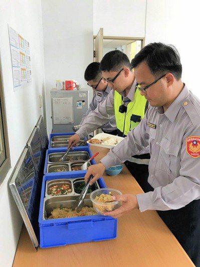 台南善化警分局同仁中午團膳同仁用餐情形。記者謝進盛/攝影