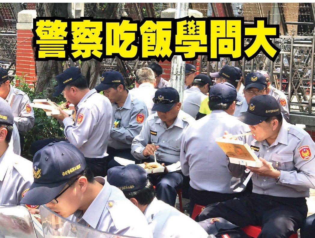 警察坐在塑膠椅上吃便當,補充體力。記者蕭雅娟/攝影