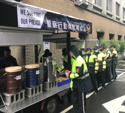 警政署在陳抗現場提供行動補給站,讓第一線警察隨時補充體力。圖/警政署提供