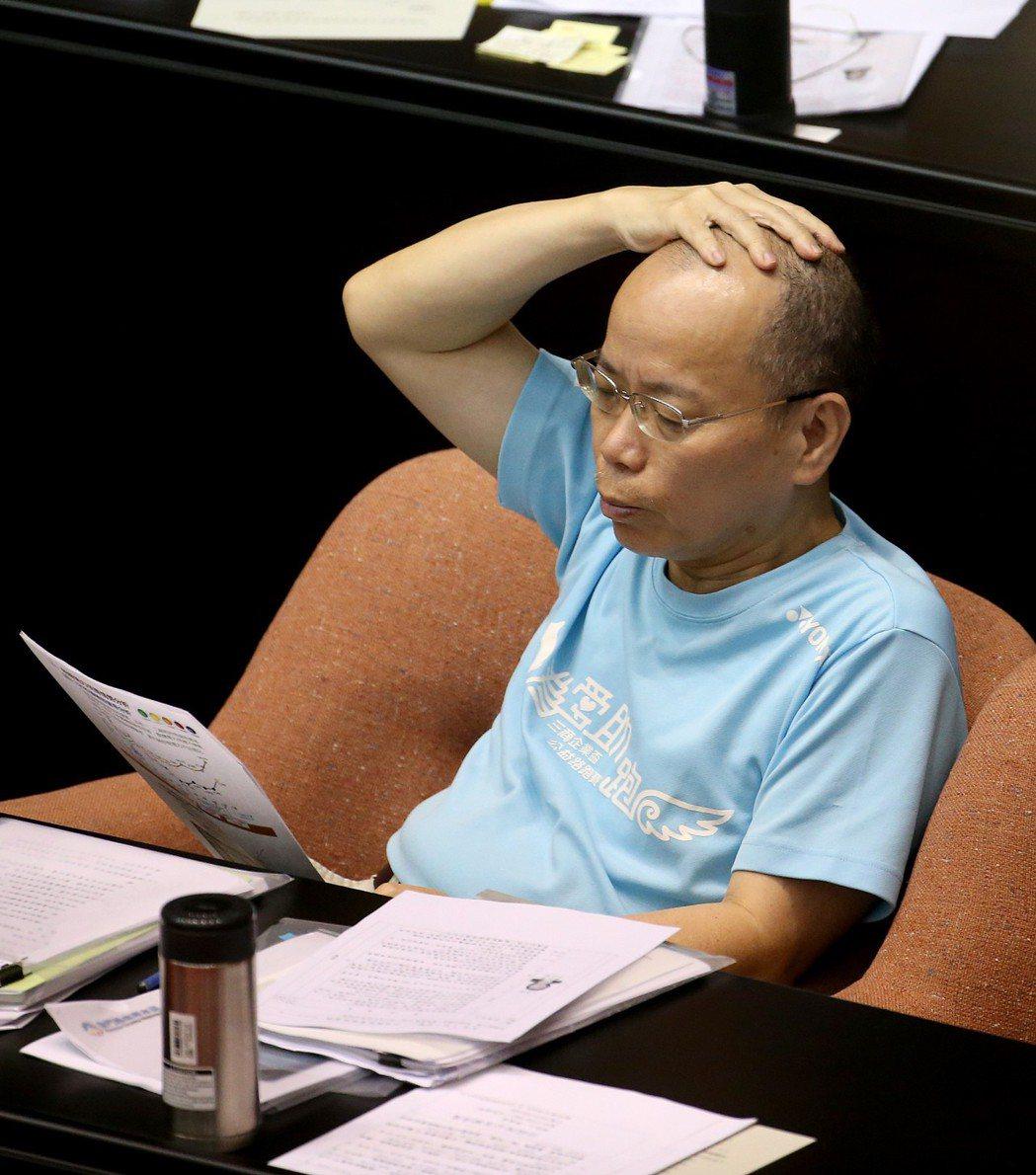 2017年6月,連日高溫悶熱,行政院閣員率性穿T恤列席立法院院會,先前主張把夾腳...