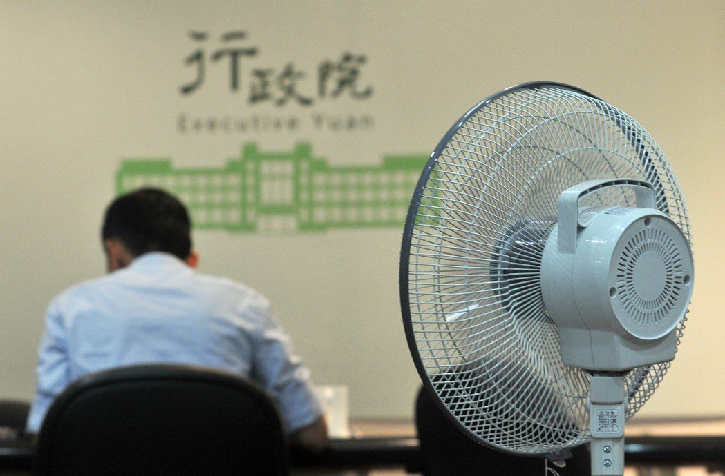 2017年8月,行政院在各辦公室準備大電扇,因應中午不開冷氣的節電措施。 圖/聯...