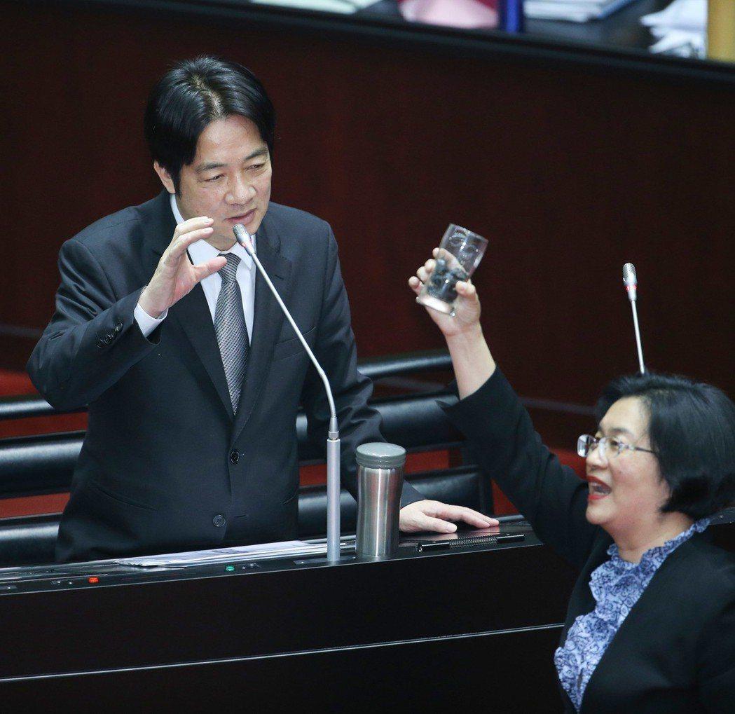 2018年3月,國民黨立委王惠美(右)總質詢時拿出兩個容器裝的煤,問行政院長賴清...